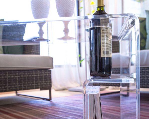 Casper: il tavolino in plexiglass che ama il vino