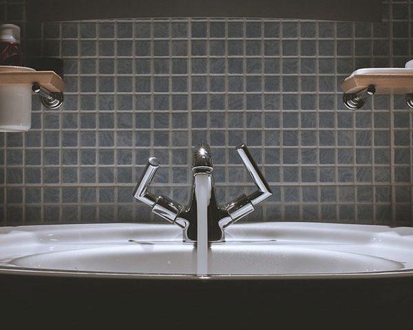 Tendenze: il plexiglass e l'arredo bagno